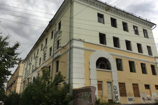 Депутаты городской Думы Дзержинска просят вернуть городу здание бывшего общежития.