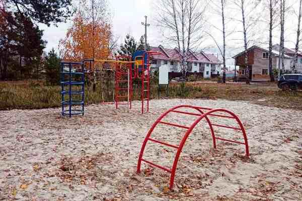На округе №12 смонтированы первые элементы детской игровой площадки.